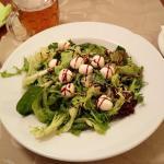 Salat mit Käse, Rosinen und Nüssen