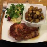côte de porc, pommes de terre et salade : miam !