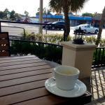 Blick zur Strasse, morgens beim Kaffe. Nicht spektakulär, aber mitten im Leben. So darf es sein!