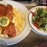 Flädlesuppe (Frittatensuppe), echter Wiener Schnitzel mit Pommes und Salat und Tiroler Gröstel.