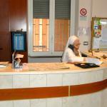 Søster Marialena styrer resepsjonen.