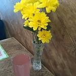 Lindo detalle, flores frescas en las mesas, además de muy buenos sándwiches un lindo detalle