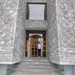 entrada al hotel de piedra, todo el hotel está muy bien decorado