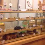 入り口付近にサンドイッチを作ってくれることがあります。奥には色々なパンが売ってます。