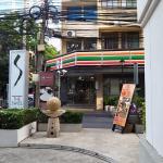 7-11 next door to hotel entrance / signage