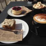 Cappuccino, gorąca czekolada, sernik z owocami oraz ciasto marchewkowe