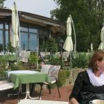 Terrasse und Restaurant mit großer Glasfasad