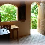 Einblick in ein Zimmer, Tür geht zum GArten/Poolbereich
