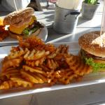 Bacon Burger mit Gitterkartoffeln