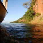Passeio de batelão pelo Paredão das Araras no Parque Nacional de Ilha Grande