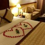 Un detalle del hotel por nuestro viaje de aniversario. Decoración de la cama y cesta de frutas.