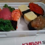 Yeaaaa makan sushi skrg praktis. Males keluar tinggal pesan via gojek. Bisa makan di kostan samb