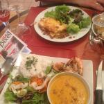 Délicieuses lasagnes maison et soupe de patates douces épicées et riz parfumé, gambas grillées