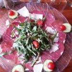 Assiette charcuterie, roquette et parmesan..L'Italie.!.