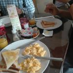 Scrambled eggs and toasts