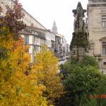 vistas de la torre de la catedral desde la ventana de la habitación