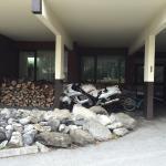 La réception à gentiment dédié cette place A l'abri sous la terrasse pour ma moto pendant tout l