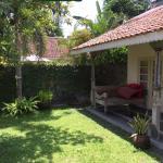 De tuin en veranda van de villa