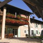 Balcons fleuris des chambres vus du jardin