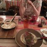 La spécialité : la truffade, accompagnée d'un beau morceau de viande tendre.