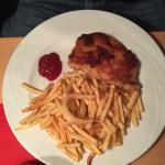 Paniertes Schnitzel mit Pommes
