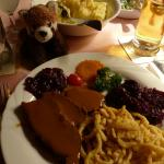 Hirschkalbsbraten mit Spätzle und Rotkohl