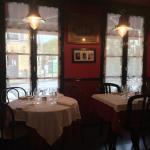 Une partie de la salle du restaurant.