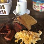 Desayuno: Gallo pinto, huevos revueltos, salchichón, pan tostado, café con leche (o jugo)