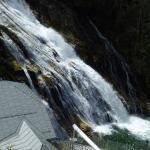 Mitten durch den Ort ein grandioser Wasserfall