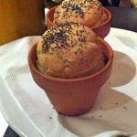 Pane servito caldo in vasetti di coccio