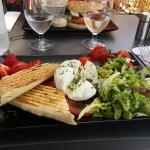 Un bon déjeuner à un prix raisonnable. Salades et burgers originaux, fraîcheur des produits !