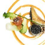 Calamar relleno de arroz negro y salsa romesco