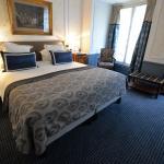 Good size room, facing rue des Capucines.