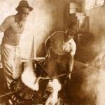 Fritz Alt acompanhando o processo de fundição.