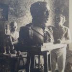 Fritz Alt modelando em argila o busto de Duque de Caxias - 1939