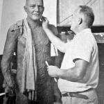 Fritz Alt modelando e argila a figura de João Colin.
