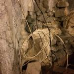 Verdreckte Kabel im Crazy Cave House