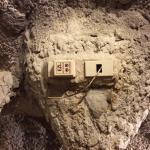 Verdreckte Kabel + ein nervig blinkendes Gerät im Crazy Cave House
