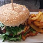 Andouillette et frites maison Hamburger et frites maison