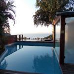 Otra piscina, yacuzzi y sauna. Vista al mar