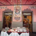広場に面しているレストランからホテルへの入り口