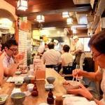 賑わう店内:みなさんランチ時で丼ものを注文。日本人は丼が大好きです(笑