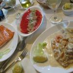 Salmon grillado, ensalada criolla y congrio con salsa de mariscos