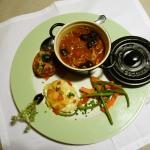 Cocotte: fricassée de volaille, tomate, basilic et olives