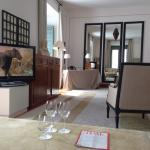 El salón de una suite. / Suite, living room.