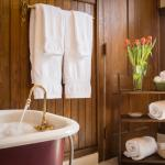 Addison Room clawfoot tub
