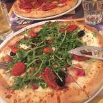 Délicieuse pizza !! Et une boisson qui nous envoie un peu un Italie !!