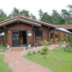 die Rezeption und der Gastronomiebereich befinden sich im Holzhaus