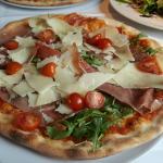Pizzen und Salat, Lecker frisch und riesengroß