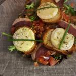 Salade de chèvre chaud magret fumet pignons